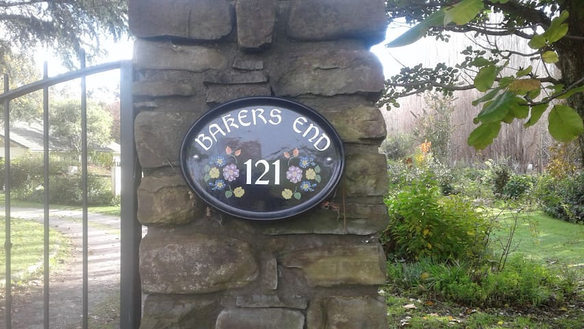 'Bakers End' Relax in the country close to town.