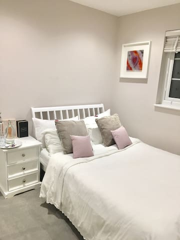 Large private room in borehamwood - Borehamwood - Huis