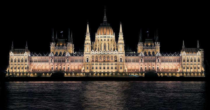 Beautiful & Safe apartment with Danube &Parliament