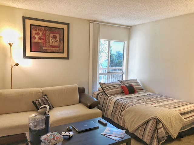 *ROOM WITH PRIVATE BATH *CLOSE TO APPLE & AIRPORT*