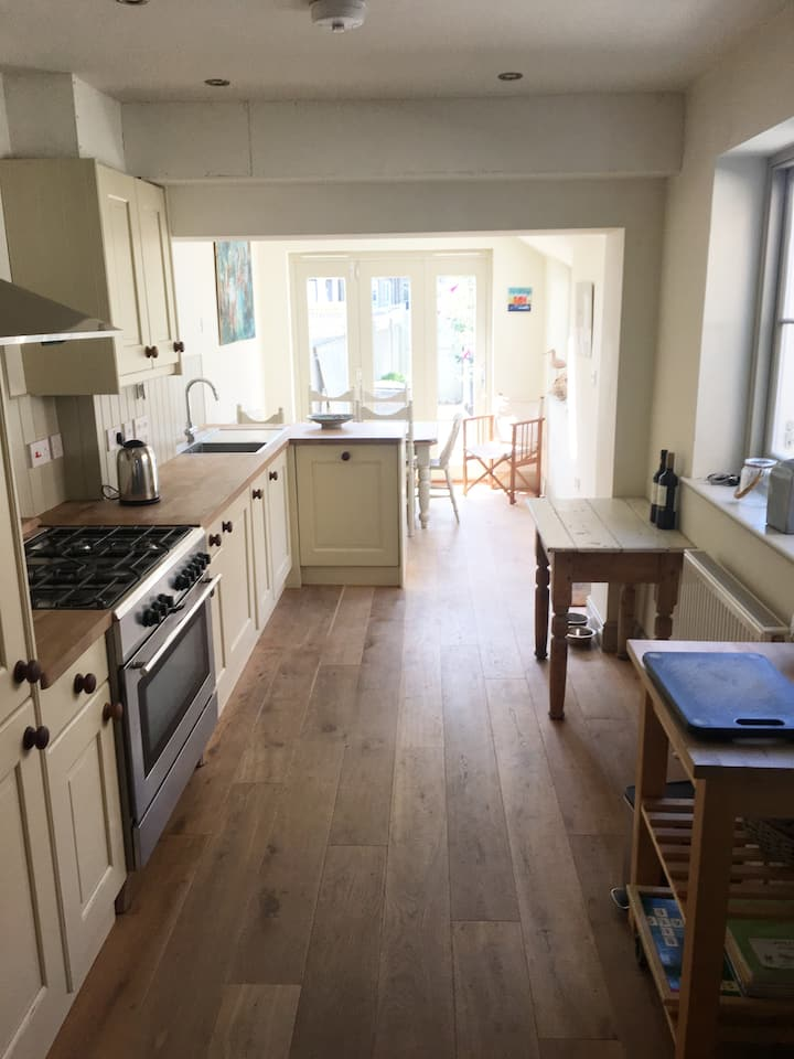 Stylish Whitstable Beach Cottage & off rd Parking