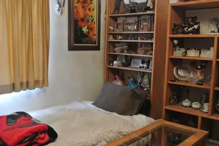 Cozy futon in a house near airport - Aurora - 独立屋