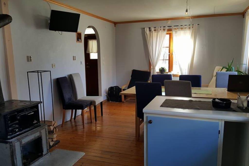 Kjøkken med spisebord og Tv med PL