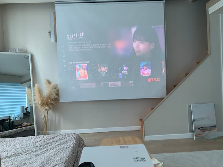 [1min stn!] My private cinema, with Netflix