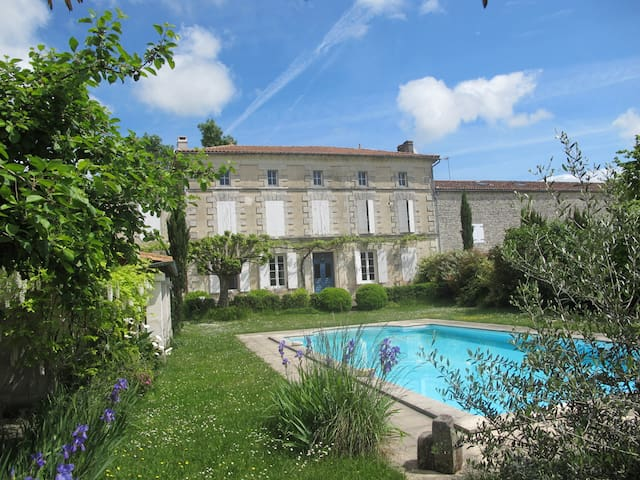 Great house with a big swimming pool. - Courbillac - Semesterboende