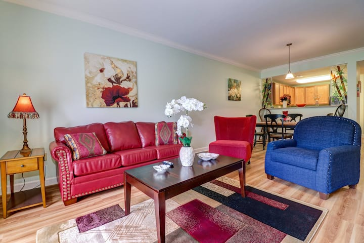 Two colorful condos w/ free WiFi, private washer/dryers, shared pools, & hot tub