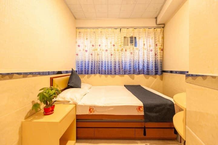 全新装修,独立大单间,私人浴室,红磡体育馆,楼下屈臣氏,万宁,可坐船过香港岛,去旺角只需十分钟内。