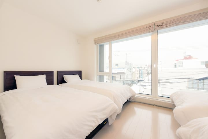 ②bed room: 4 single beds on the 3rd floor 3階寝室②: シングルベッド×4