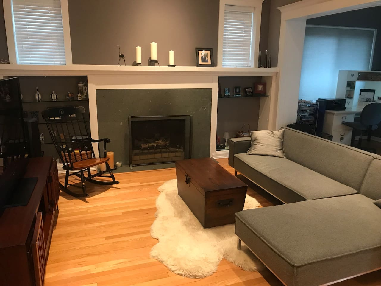 Living room w/fireplace and high ceiling