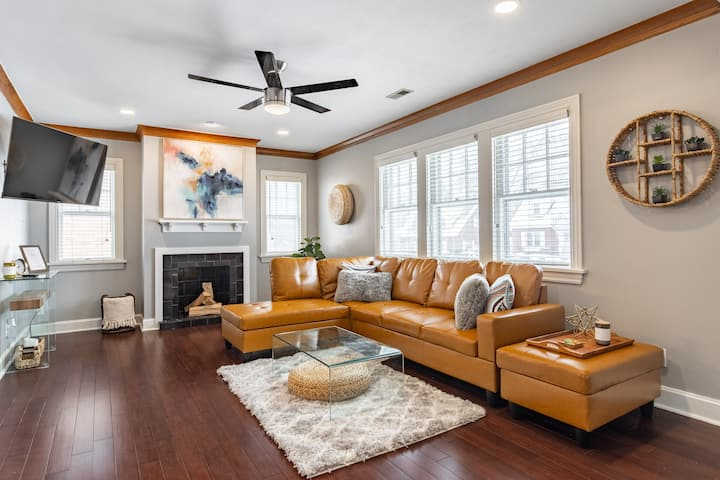 The Farmhouse Retreat - Perfect downtown location