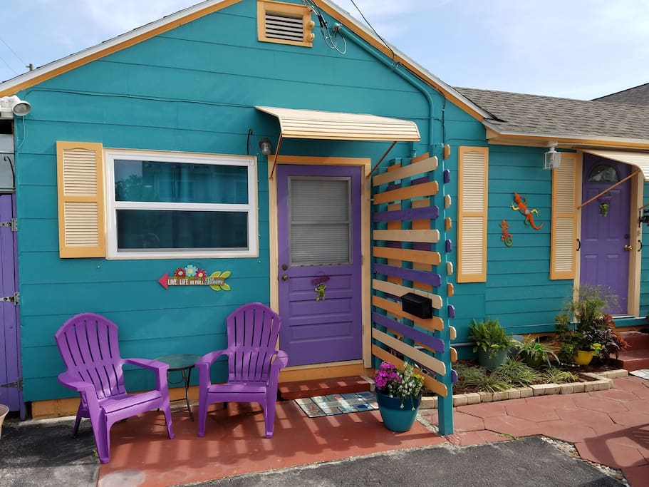 Eclectic Studio only 1 block from beach, restaurants and more
