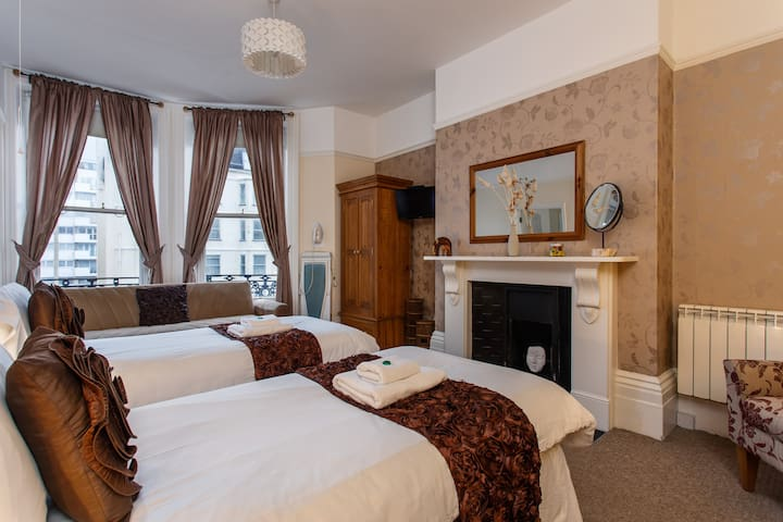 4* B&B - King /twin or triple suite with kitchen - Eastbourne - Bed & Breakfast