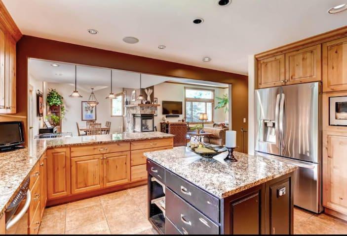 Two Master Suites - 5 BDR, 4.5 BA Mountain Retreat - Avon - House