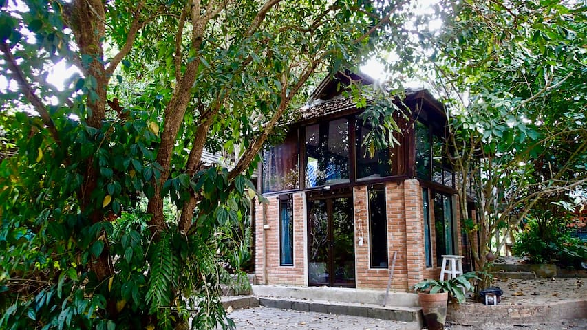 100-year-old converted Thai Rice Barn - Mueang Chiang Mai District - Huis