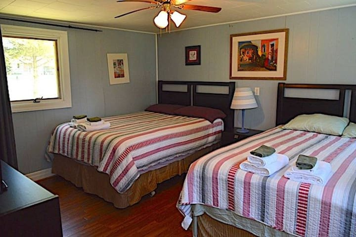 One bedroom with two queen size beds