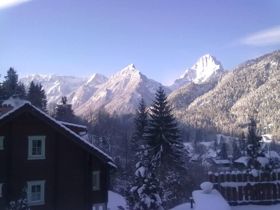 Haus Rückseit mit Bergblick am Morgen