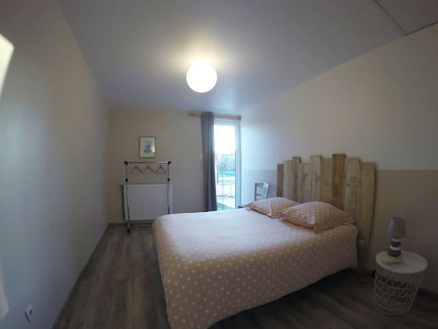 Belle chambre avec salle de bain privée.