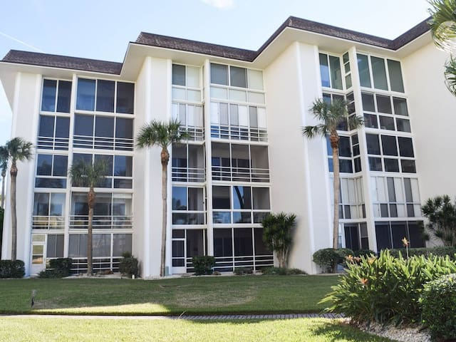 Lido Key on the beach 2bed/2bath Condo GULFVIEW on southern end!