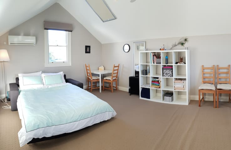 Spacious, light-filled room 5 mins to shops and PT