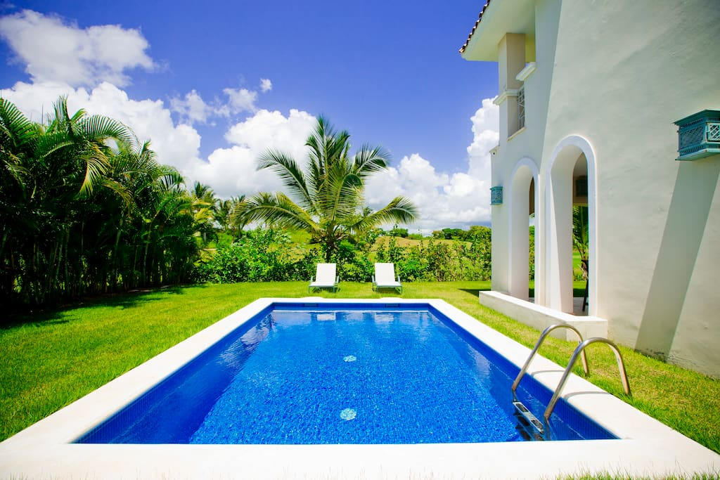 It's a beautiful villa that you will definitely like: a private pool, panoramic windows, spacious rooms. The moment you enter the building, you'll see how great it is. Book your vacation right now!
