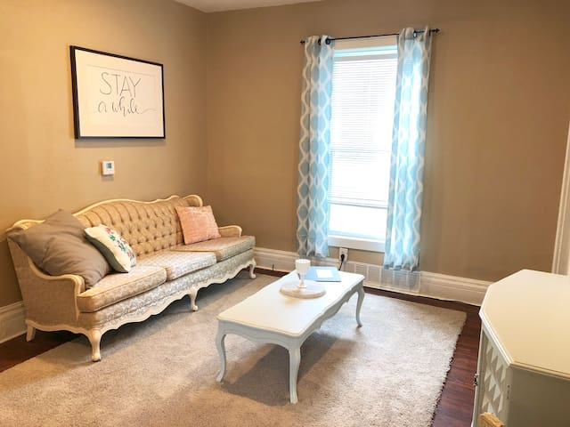 Charming 2 Br 1 Ba Near Downtown, UNL & Stadium!
