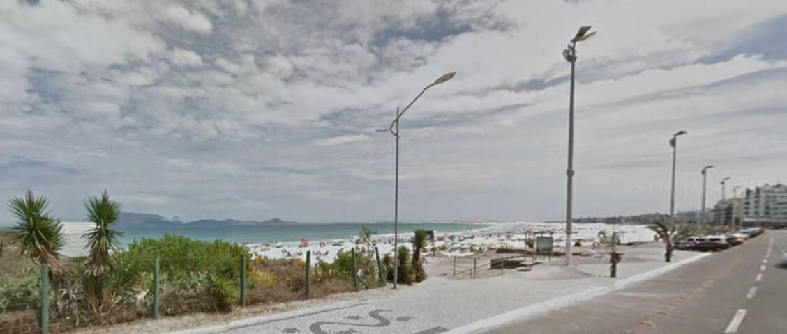 Vista da rua para a praia.
