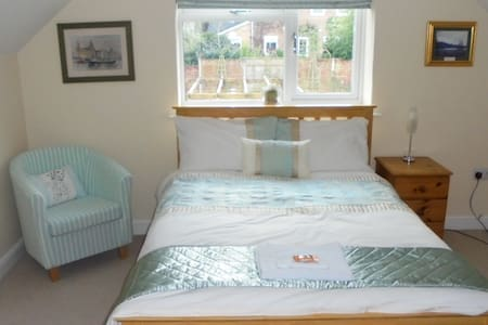 Spacious double bedroom and private bathroom - Cuddington