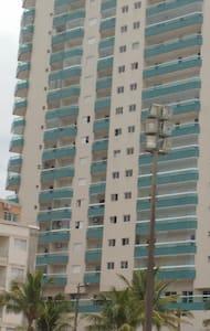 Apartamento em frente ao mar com lazer completo - Praia Grande - 公寓