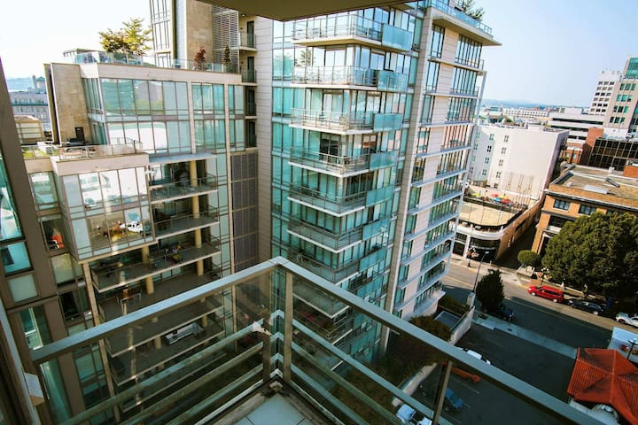 Beautiful 1 bdrm + den condo in the heart of DT!