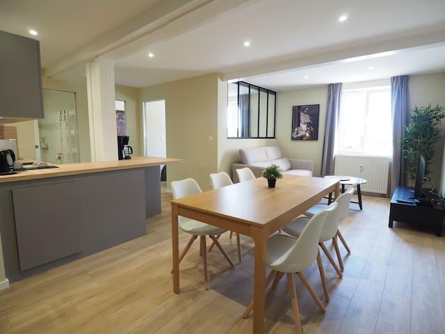 Lumineux et spacieux salon-séjour  et sa cuisine ouverte , le tout exposé plein sud , vue dégagée.