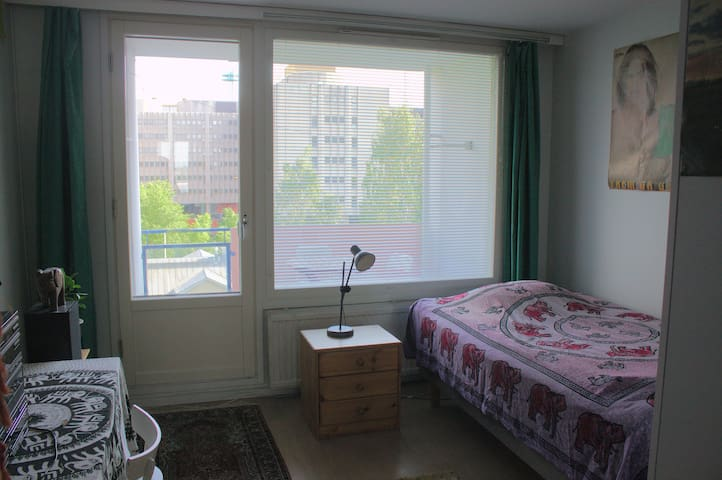 Room with Balcony & Easy Access to City & Airport