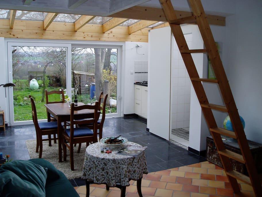Heller Wohnraum mit toller Aussicht in den Garten und über das Tal von Bleyberg