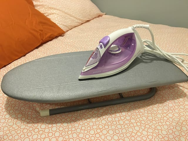 Iron & Ironing Table. 熨斗与熨板