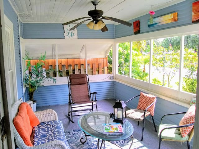 Delray~ Tropical Cottage 2 blocks to Atlantic Ave!