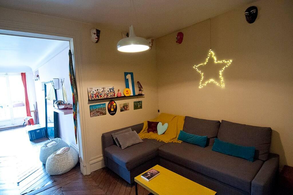 L'espace bibliothèque douillet avec son canapé convertible pour deux personnes se situe entre l'entrée et le salon, salle à manger.