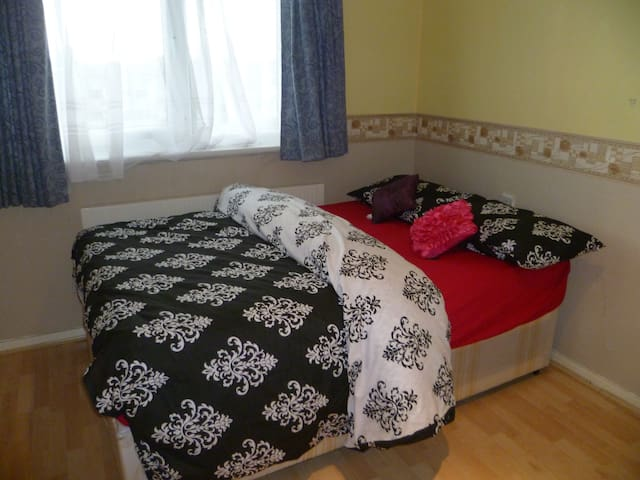 LONDON TURP'S ONE BED APARTMENT , SLEEPS 2-6.