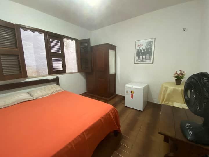 Quarto mobiliado muito arejado mansão no Meireles
