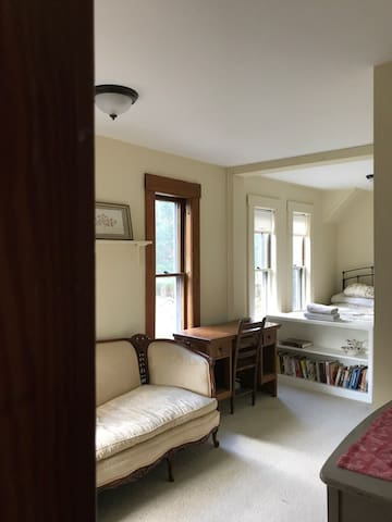 North House Inn (Spring Suite)
