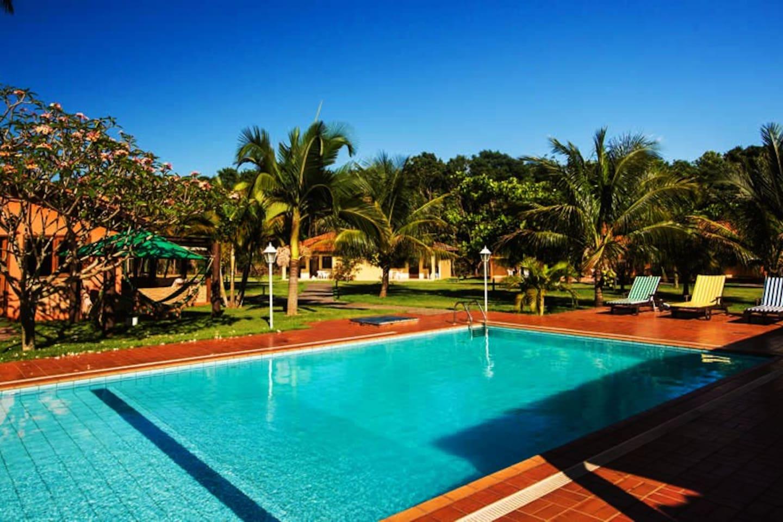 vista da piscina, salão de jogos, 8 flats, 2 casas