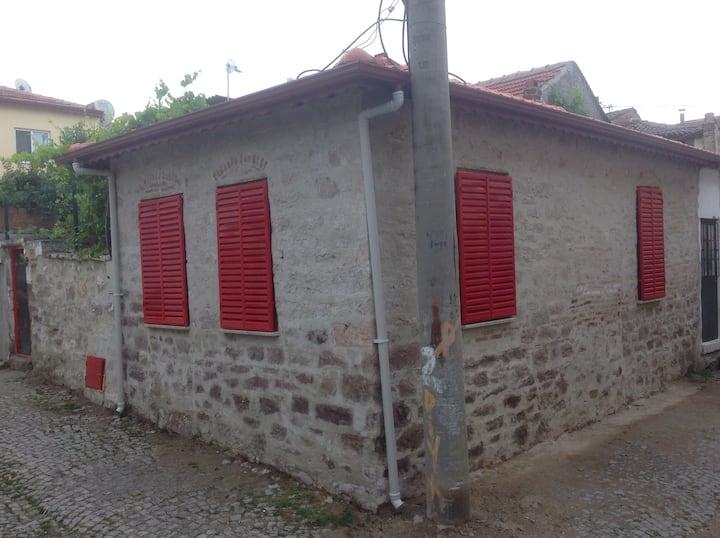 Kırmızı  panjurlu masal evi !