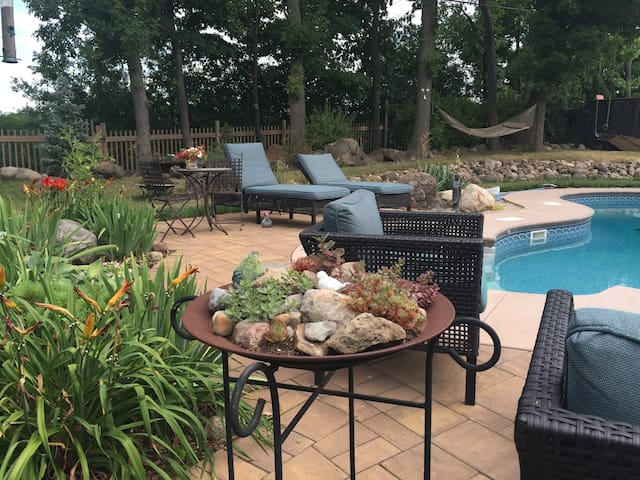 Pittsford Garden Retreat with Breakfast