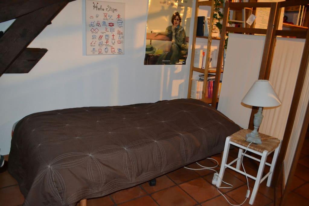 1 lit 1pl canap dans un salon appartements louer for Lit dans le salon