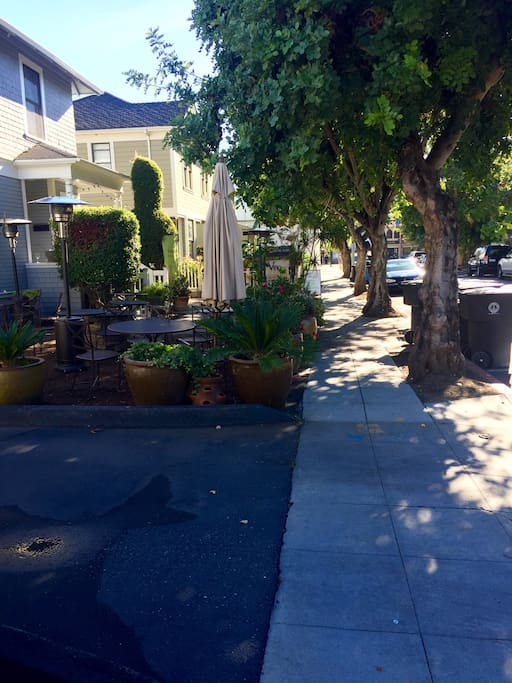 Beautiful walk to University Avenue. Just walk one block to shopping and Palo Alto's best restaurants. You will be in the heart of Silicon Valley!