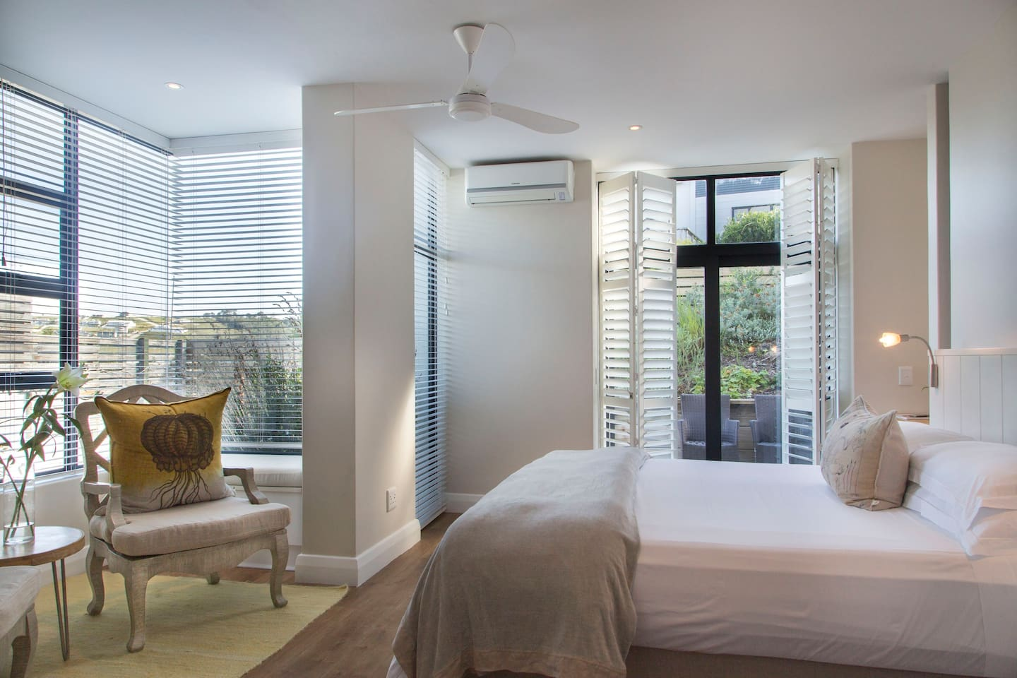 Room 9 is a sunny room with a small garden area and its own private plunge pool. En-suite bathroom with bath, separate toilet and separate shower. Air-conditioning.