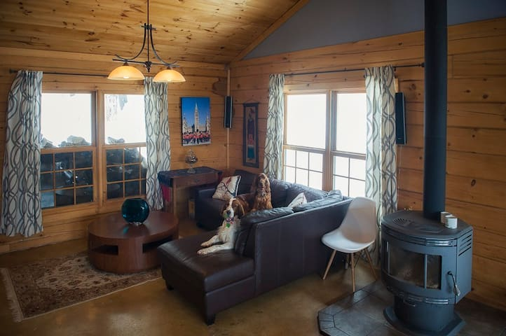 Cozy Log Home Getaway in the Gatineau Hills - Wakefield - Haus