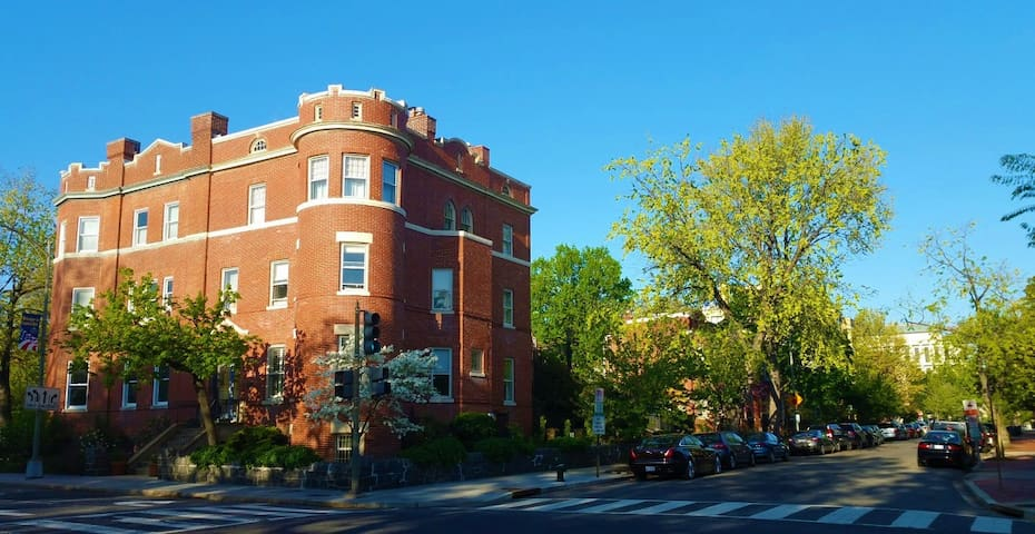 Charming 2BR -  Gorgeous - 3 blocks to Capitol