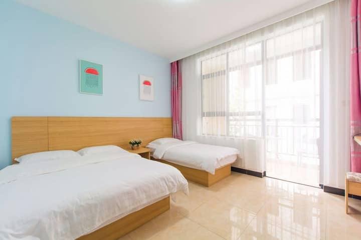 三亚 大东海旅游区 百香果特色主题客栈 家庭房(一张双人床+一张单人床)