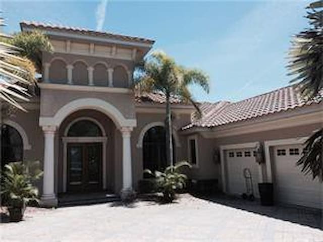 2 MILLION DOLLAR HOME with pool and jacuzzi - Bradenton - House