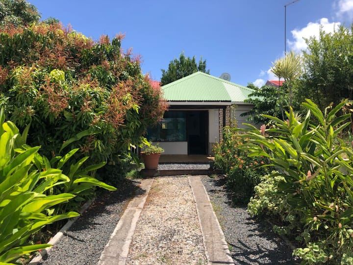 Bungalow dans un jardin exotique