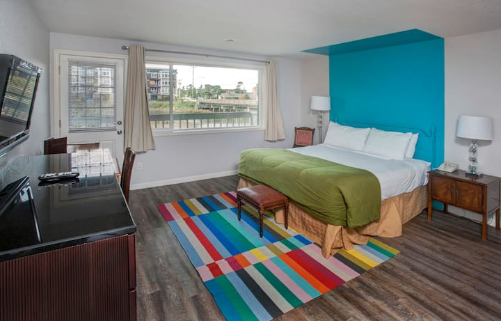 Colorful King room with River View - pet friendly